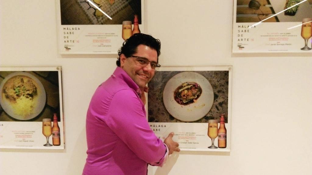 Antonio Fernández junto al plato firmado por Raúl Berzosa para Eboka Restaurante.