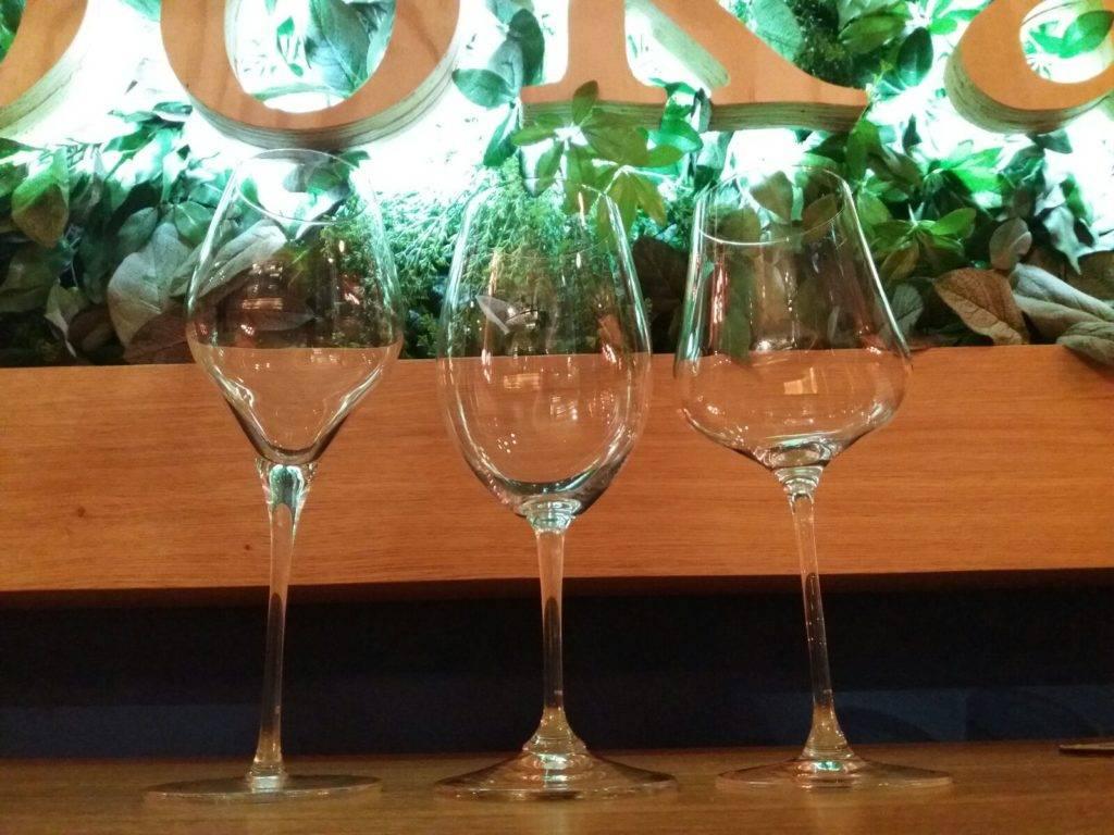Copas de vino en Eboka Casa de vinos y comidas. Riedel y Gabriel Glas