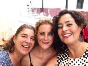 Grupo de socias de la Hermandad Gastronómica Eboka celebrando la Feria de Málaga