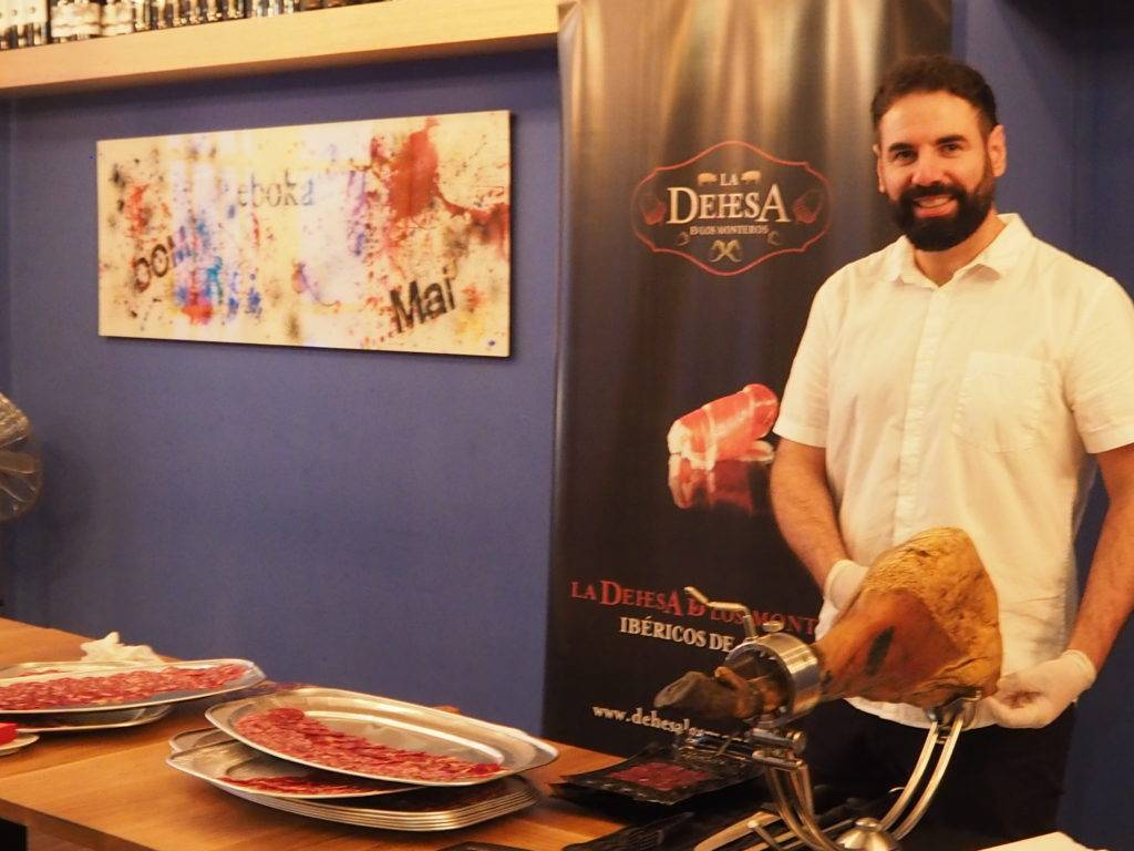 Durante esta Feria de Málaga 2017, en Eboka contaremos con un cortador de Jamón de La Dehesa de los Monteros. Calidad y sabor en toda su gama de Ibéricos