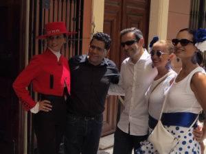 Amigos en la Terraza de EBOKA restaurante con Azafata sirviendo Tio Pepe de González Byass