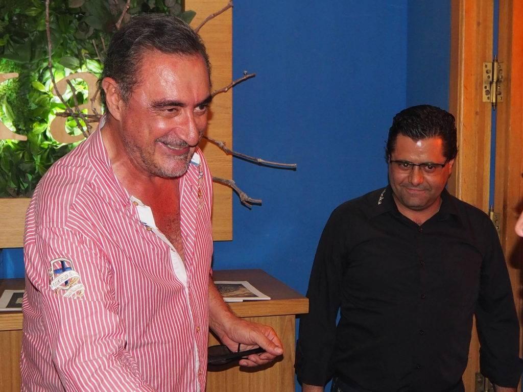 Carlos Herrera se despidió firmando nuestro libro de visitas