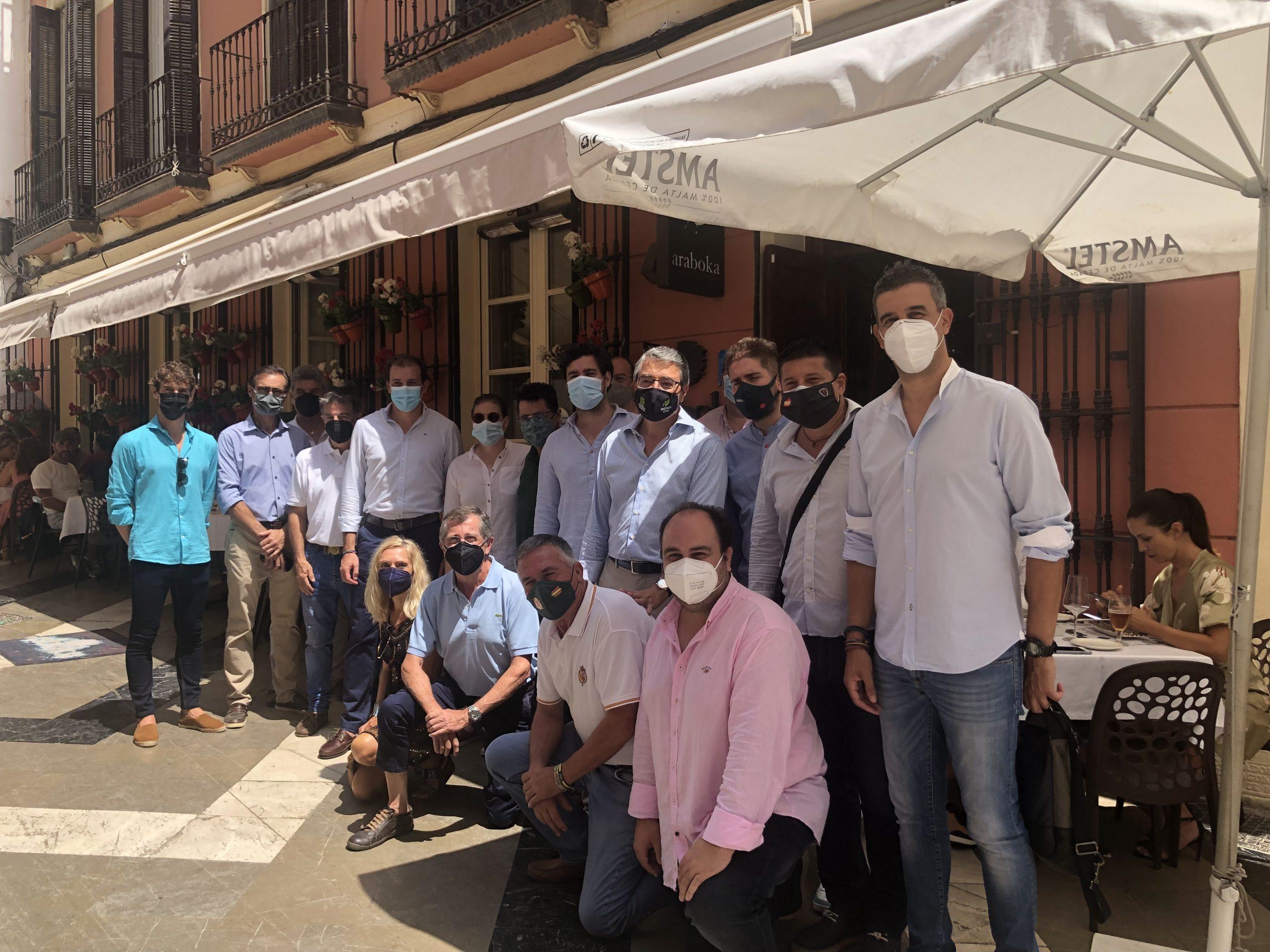 Foto de familia de asistentes y personalidades que se han acercado a la prensentación de la jornada de carne de toro de lidia en araboka restaurante